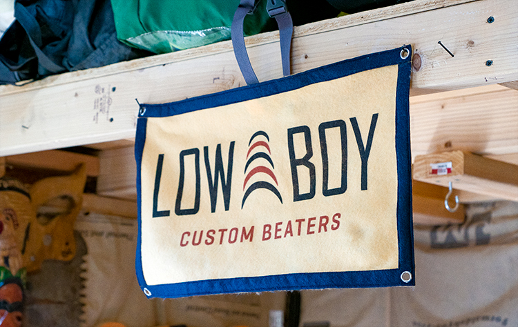 Pancarte en toile dans l'atelier Low Boy Custom Beaters.